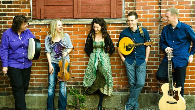 RUNA provides a fresh approach to both contemporary and traditional Celtic music.